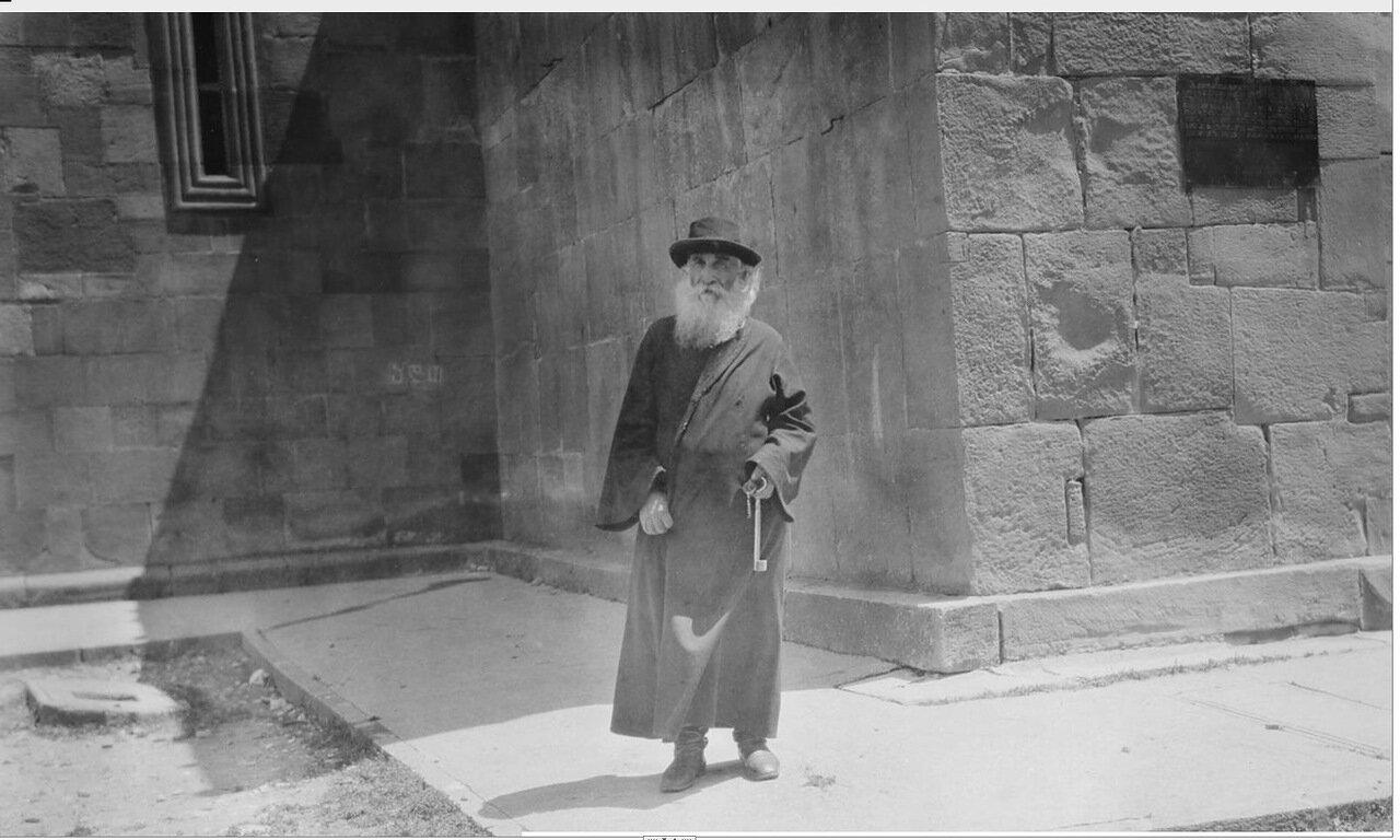 Мцхета. Священник возле собора Светицховели