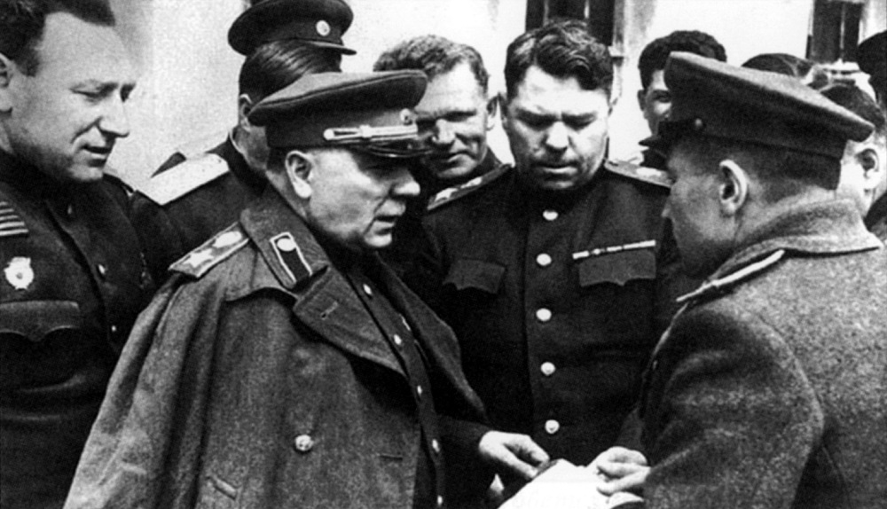 С.С. Бирюзов, К.Е. Ворошилов, А.М. Василевский на командном пункте 4-го Украинского фронта.jpeg