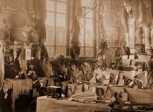 Экспонаты выставки - кустарные изделия.