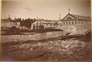 Вид павильонов выставки на берегу реки.