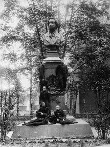 Группа лицеистов у бюста А.С.Пушкина в лицейском саду (скульптор И.Н.Шредер).