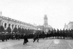 Конный полицейский кордон на Невском проспекте у Гостиного двора во время демонстрации в связи с проводами гроба с телом князя С.Н.Трубецкого.