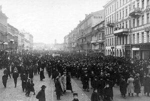 Толпы народа расходятся после демонстрации в связи с проводами гроба с телом князя С.Н.Трубецкого на Невском проспекте.