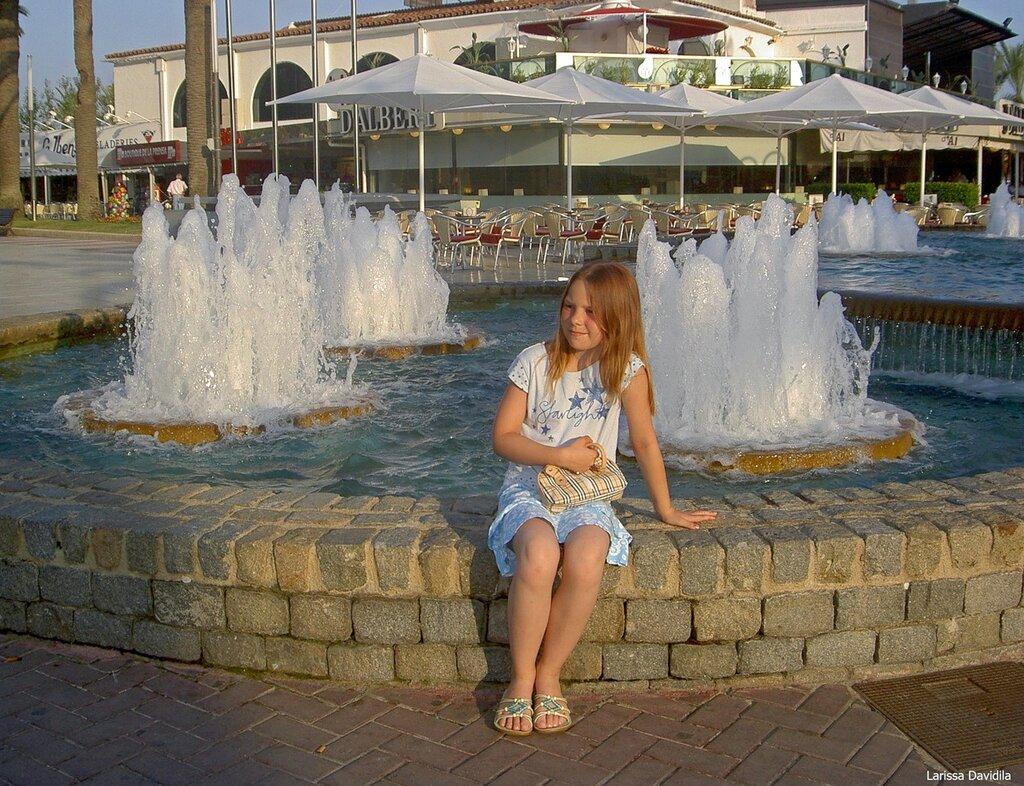 Перед фонтаном.