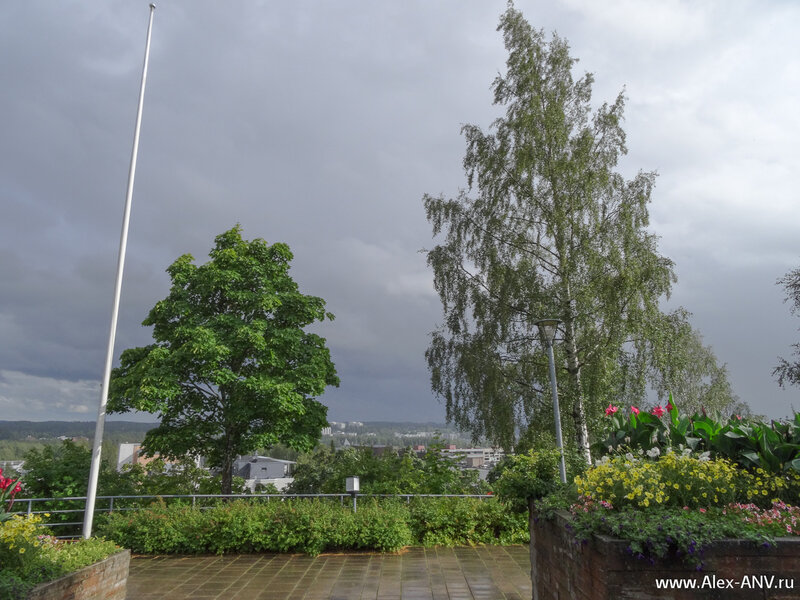 Над нами дождик только что закончился, но вокруг проплывают напитанные водой облака.