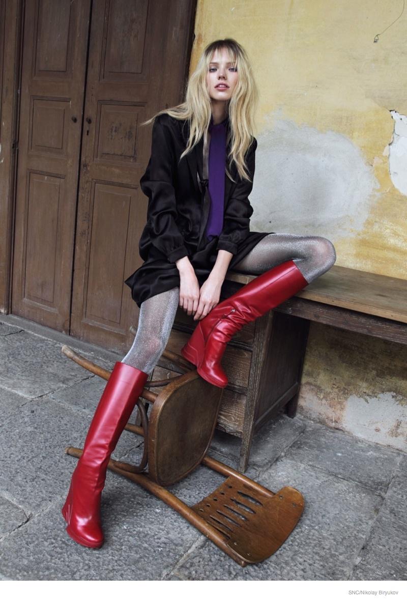Саша Лусс в фотосессии для SNC (сентябрь 2014), черное платье красные сапоги
