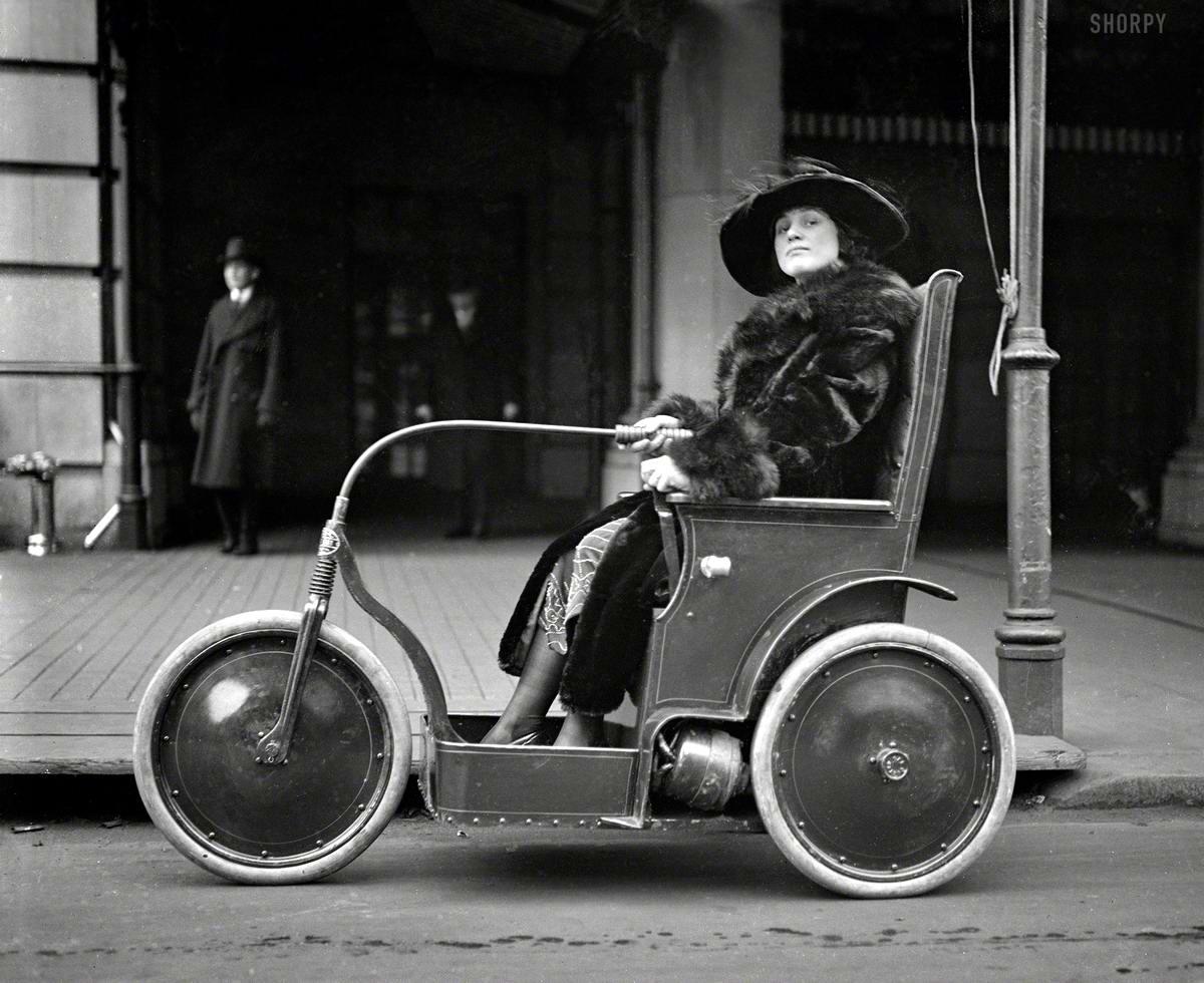Женщина в трехколесном транспортном средстве - электромобиле для состоятельных постояльцев престижных гостиниц для перемещений по их территории (Вашингтон, 1922 год)