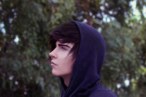 парень голубые глаза черные волосы