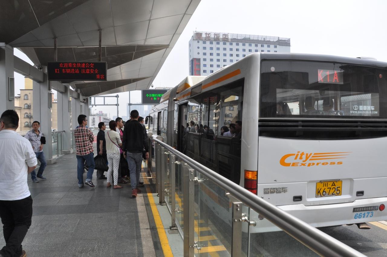 Погрузка пассажиров в автобус