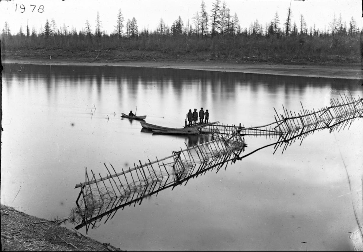 Юкагиры ловят рыбу на реке Налемная, 1895