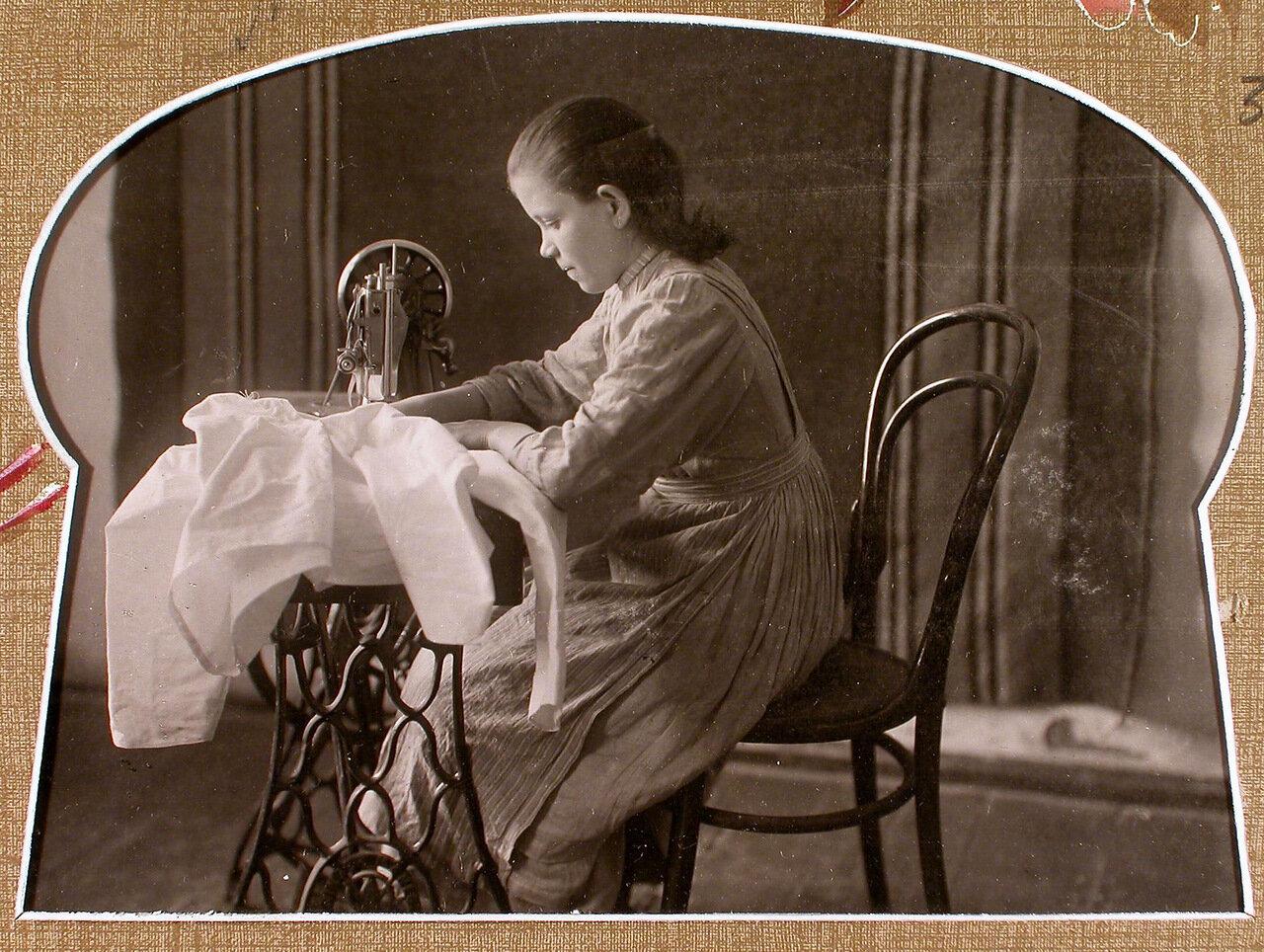 Рукодельный класс. Ученица за работой на швейной машине
