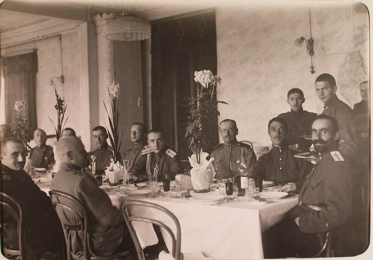 23. Офицеры роты во время завтрака в собрании. 26 ноября 1915