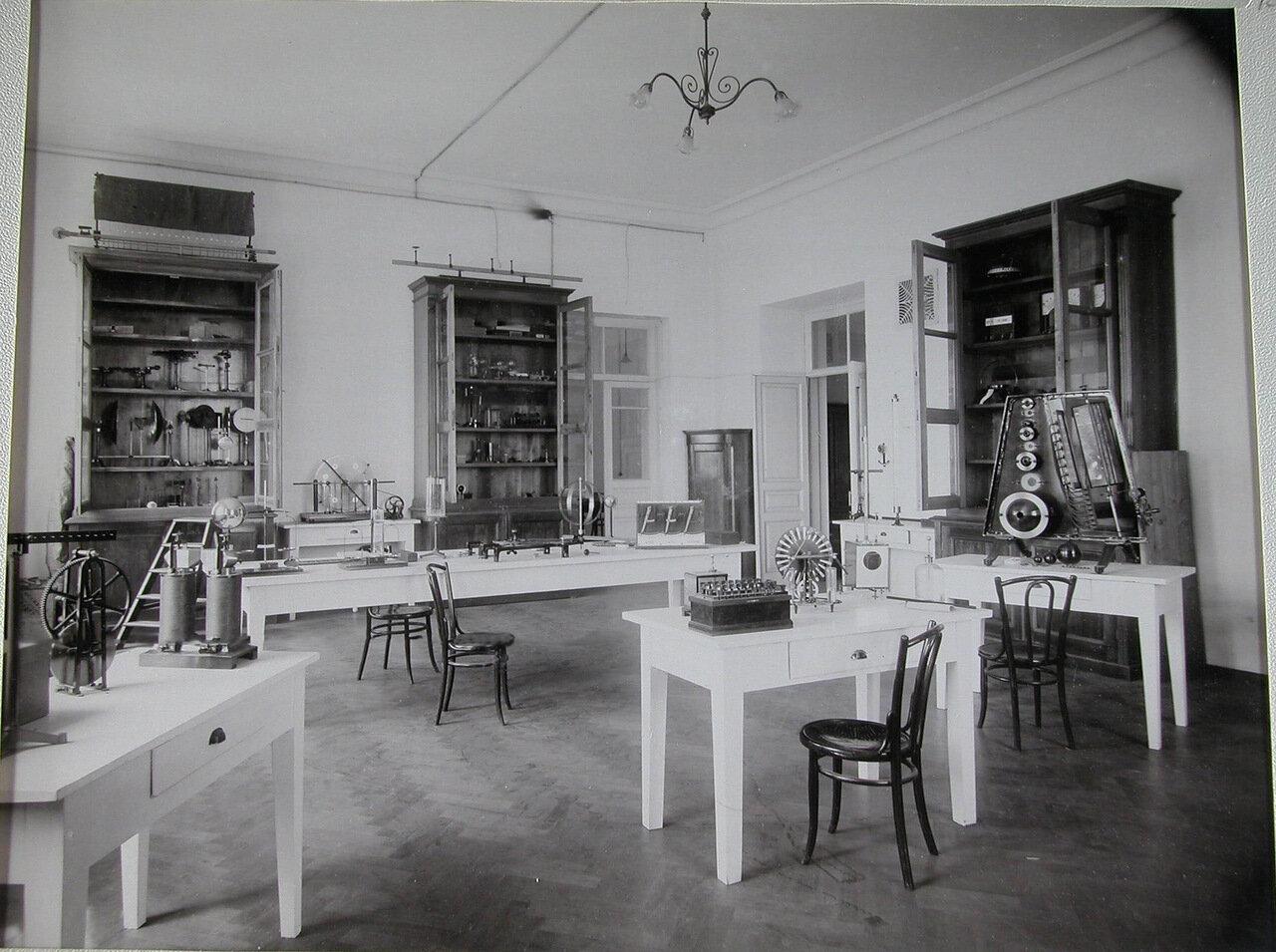 14. Вид одной из лабораторий физического кабинета