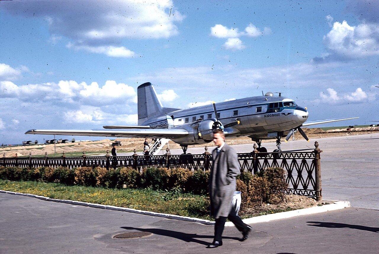 04. Самолет на летном поле