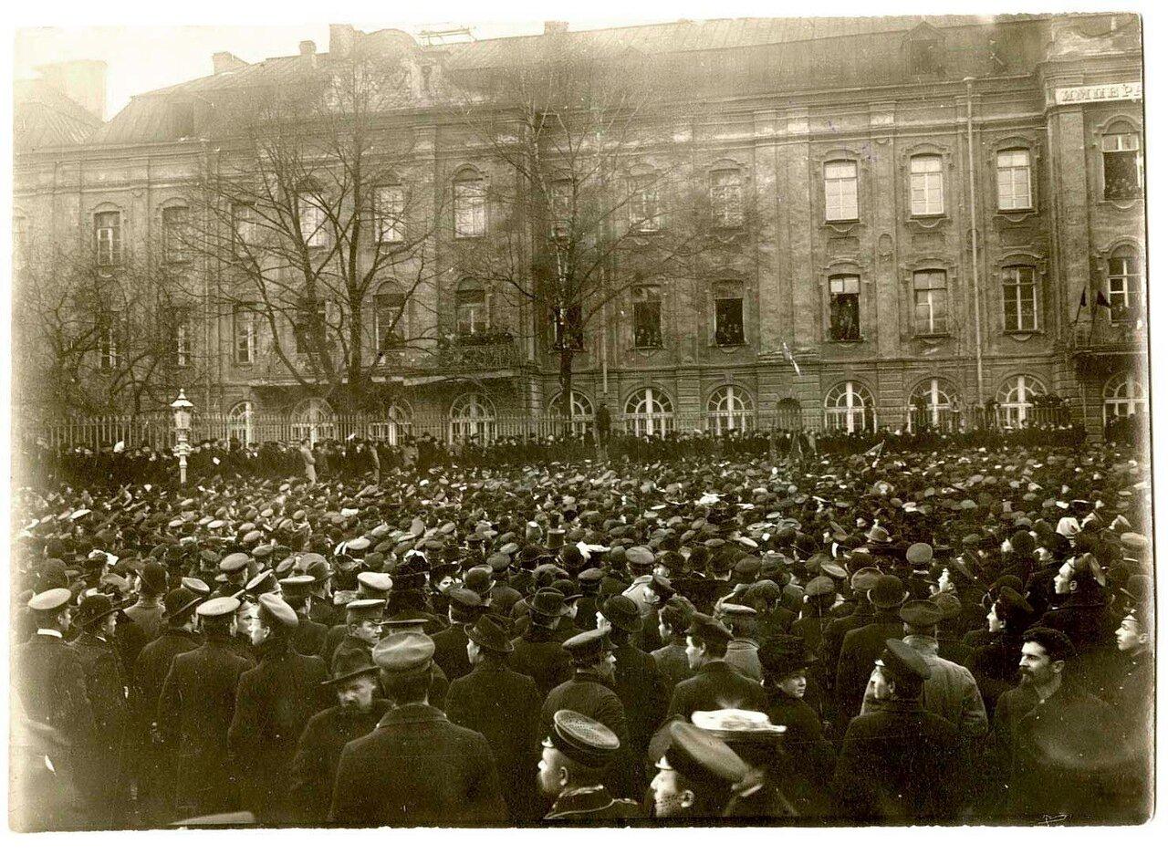 09. Студенты на митинге протеста против манифеста 17 октября у здания университета
