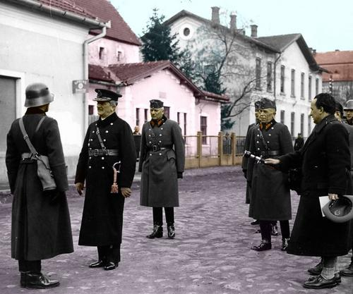 Horthy Mikl__s with officer.jpg