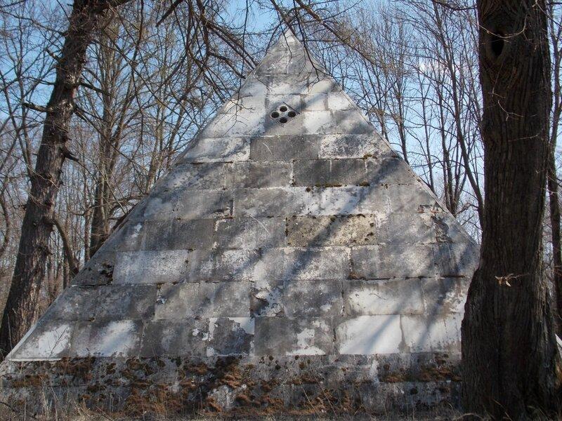 Пирамидальный погреб работы Львова в селе Никольское