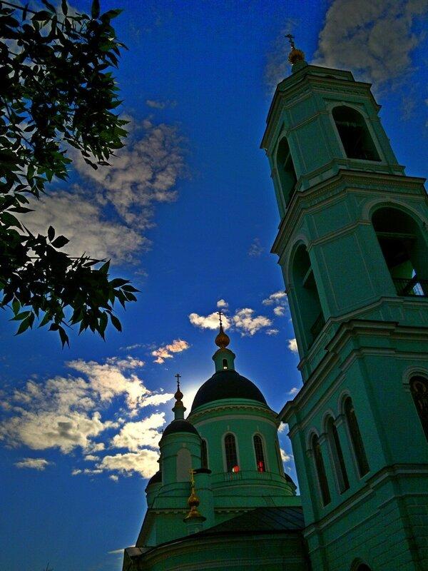 Радужные облака над храмом прп. Сергия Радонежского