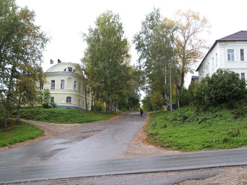 """Слева - """"образцовый"""" дом начала XIX века."""