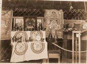 Внутренний вид юрты с экспонатами выставки.