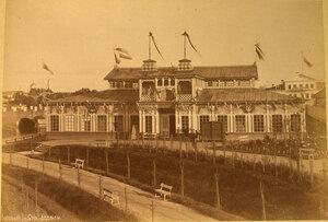 Вид на один из павильонов, где размещались Сибирский, Ввозный и Сельскохозяйственный отделы выставки.