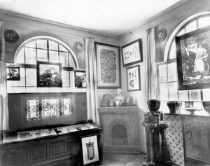 Майолика, ковровые ткани, аппликации в витрине работы графиков - экспонаты выставки.