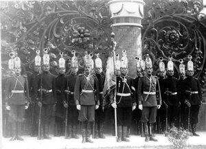 Солдаты лейб-гвардии Павловского полка со знаменем в почетном карауле во время освящения храма.
