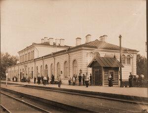 Группа местных жителей и служащих железной дороги у пассажирского здания. Виленская губ. Ново-Свенцяны ст.