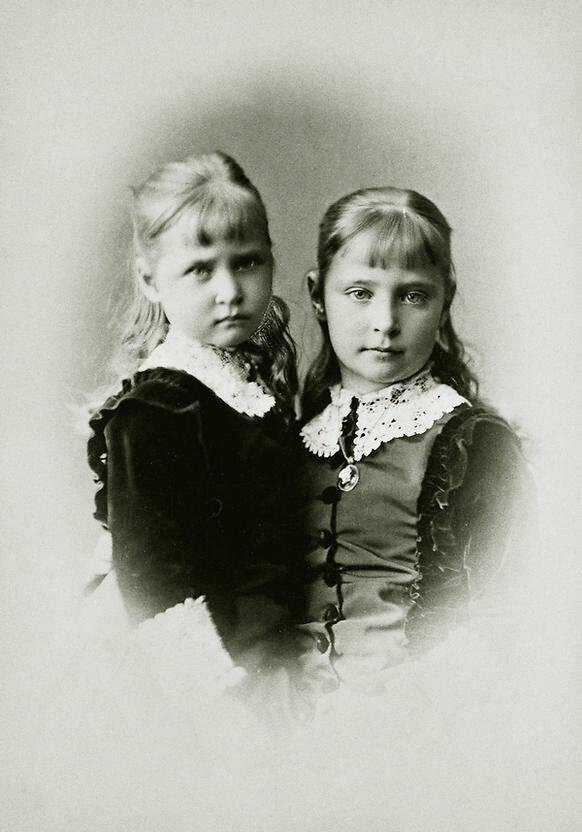 Сестры, принцессы Гессенские – Элла и Аликс.Императрица Александра Федоровна и Великая Княгиня Елизавета Федоровна в детстве.