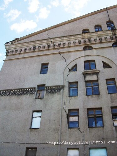 Трещина в боковой стене дворца