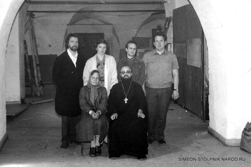 Так начиналась новейшая история  храма. Протоиерей Сергий Никитин с первыми прихожанами, участвовавшими в возрождении храма.