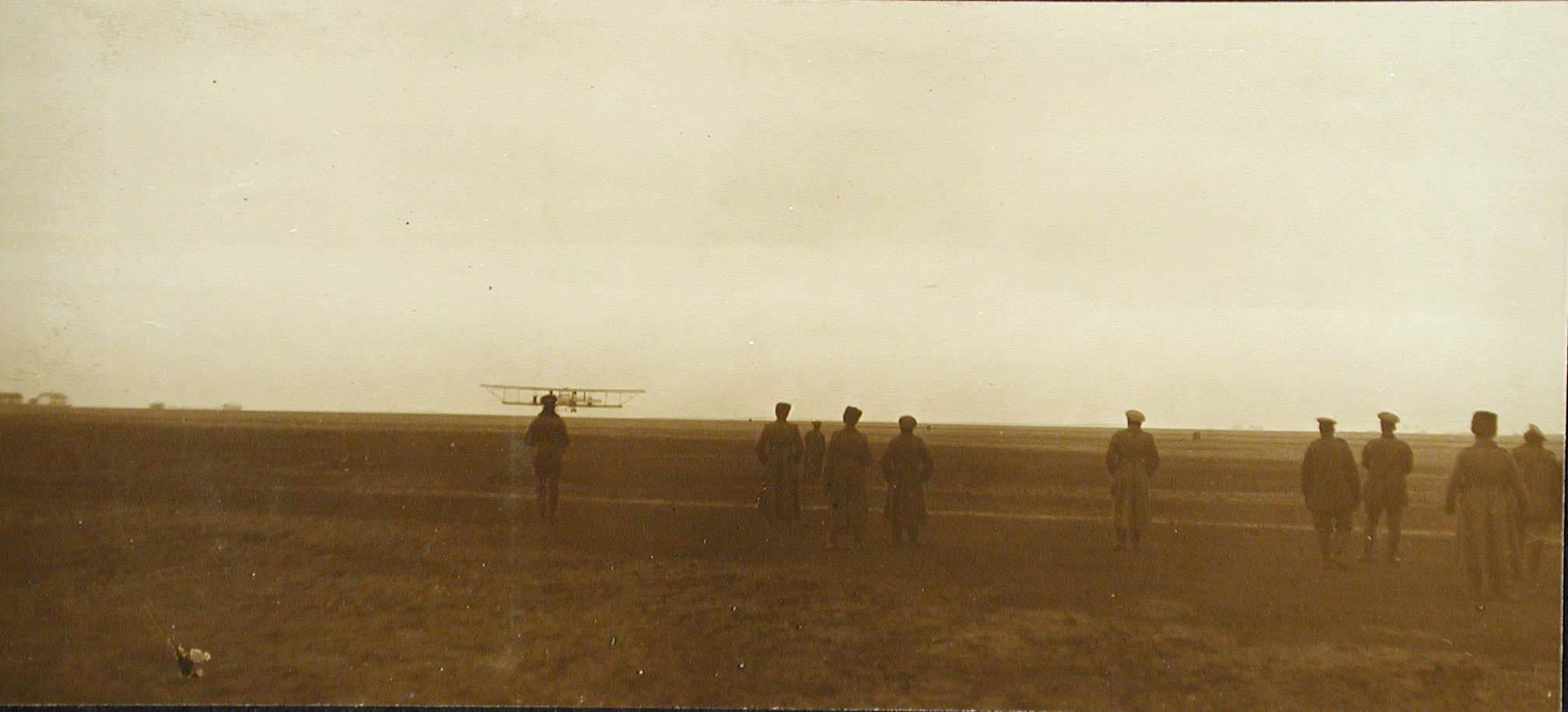 09. Группа авиаторов и офицеров роты на аэродроме наблюдают за взлетом летательного аппарата Илья Муромец I.