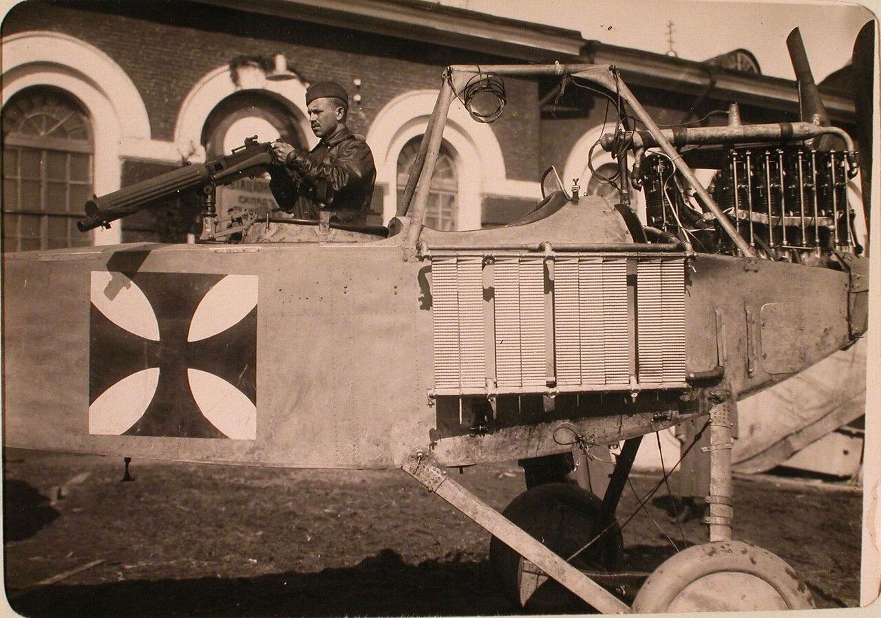 32.Солдат авиаотряда рассматривает пулемётную установку летательного аппарата Альбатроса, захваченного у неприятеля.  Псков
