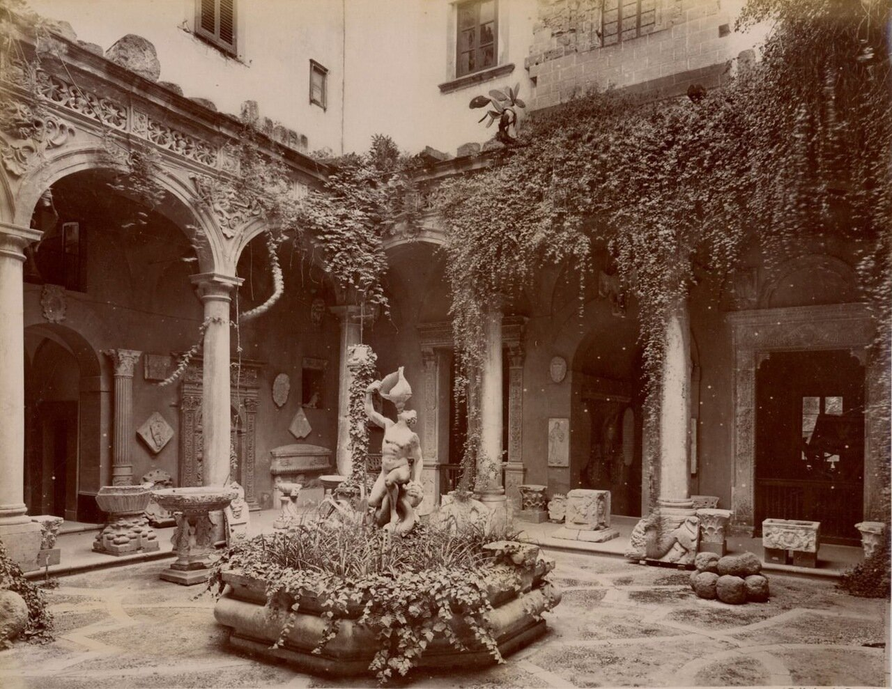 Национальный музей, Вид первом двора и Фонтан тритонов
