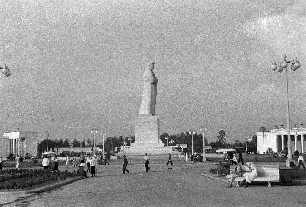 48. Площадь Механизации. Статуя Иосифа Сталина