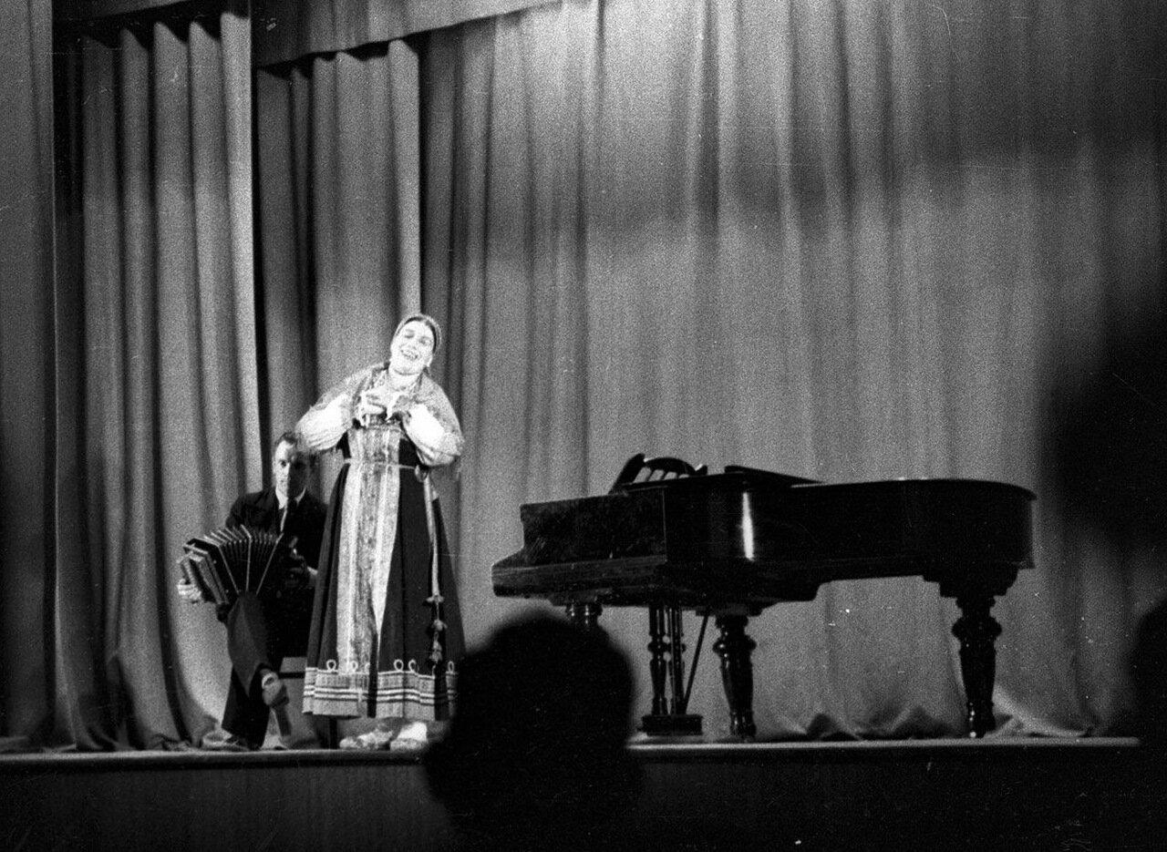 27. На сцене Лидия Русланова