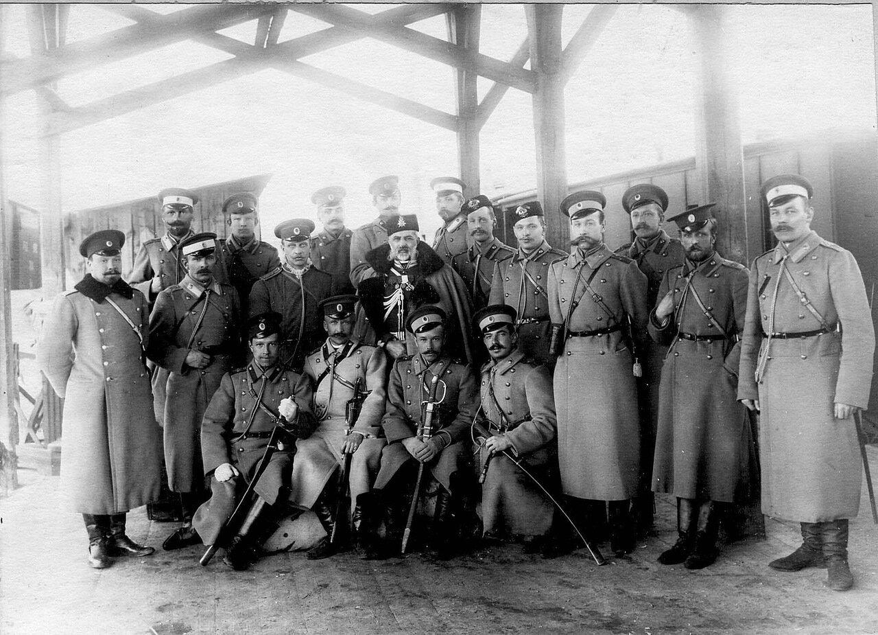 50. Группа офицеров гвардейской пехоты с генералом, прибывшим на станцию Раяйоки. 1908
