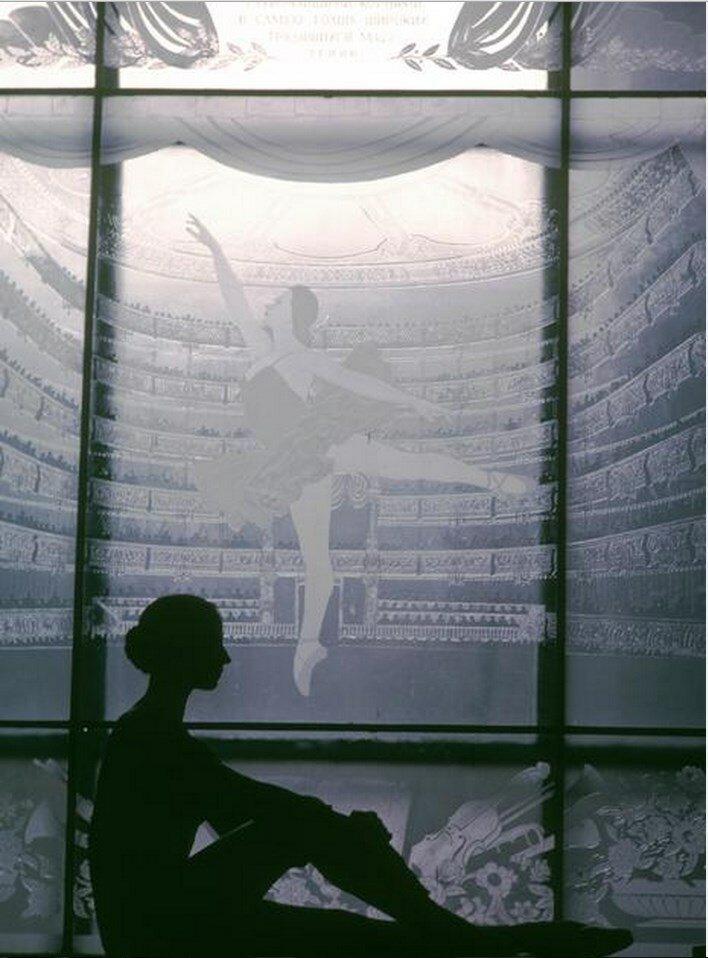 Москва. Силуэт танцовщицы Натальи Бессмертновой в окне Школы балета Большого театра