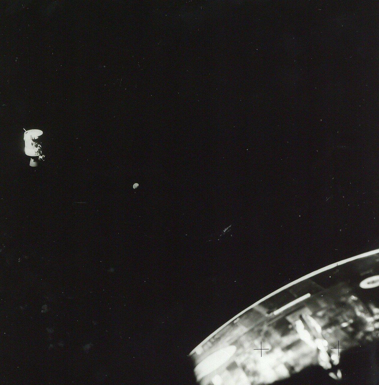 Несмотря на сложность процедуры, в 13 часов 14 минут 48 секунд (138:01:48 полетного времени) двигательный отсек благополучно был отделён от корабля. В 13 часов 28 минут после увода отсека астронавты получили возможность его рассмотреть и сфотографировать.
