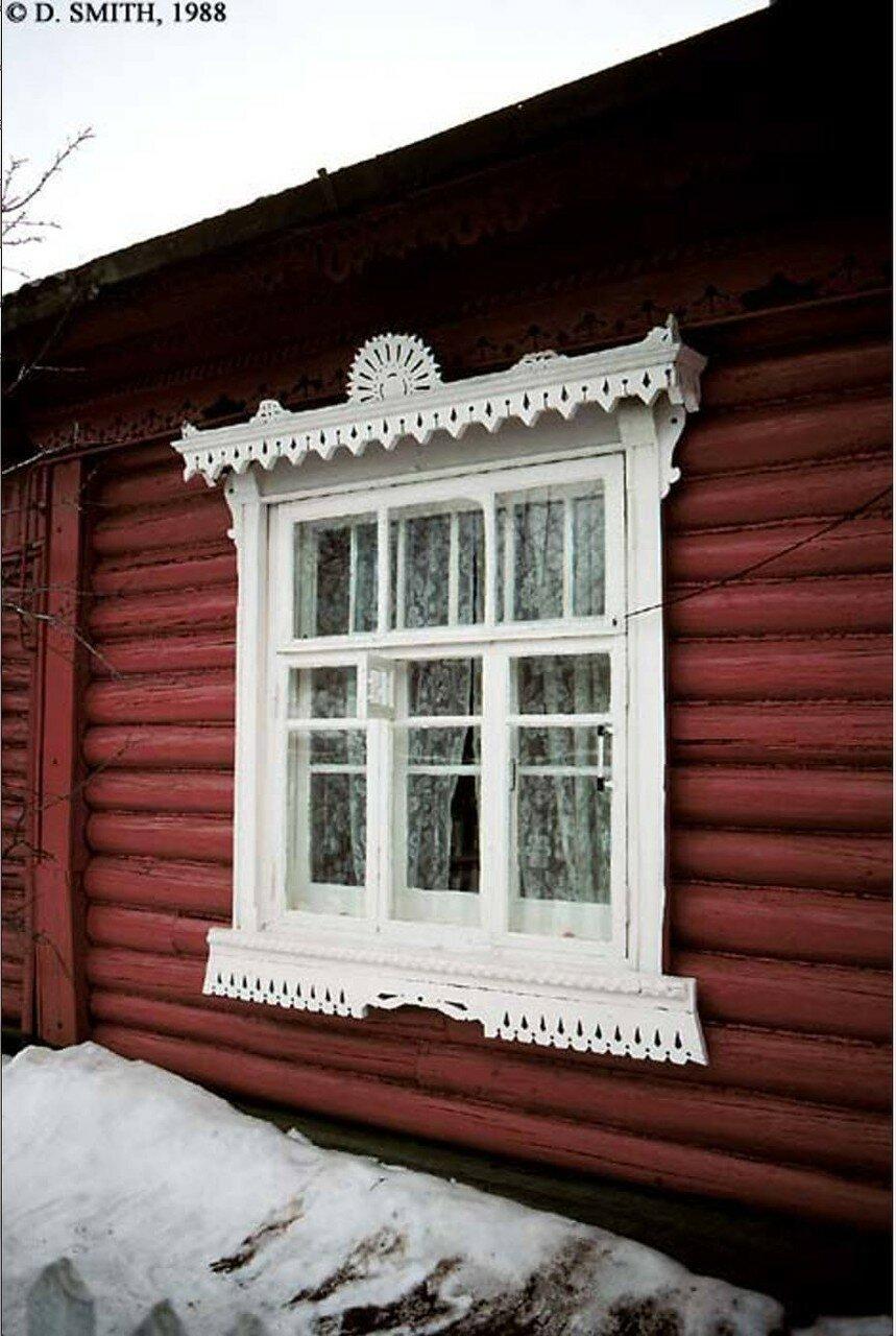 Подмосковье. Резные наличники на деревянном доме