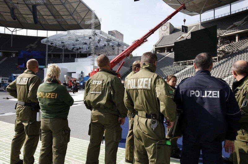 Оффтоп из Европы German police inspect the Olympic stadium for the upcoming service of Pope Benedict XVI in Berlin