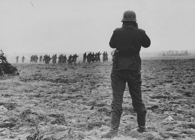 Немецкий кинооператор снимает советских военнопленных