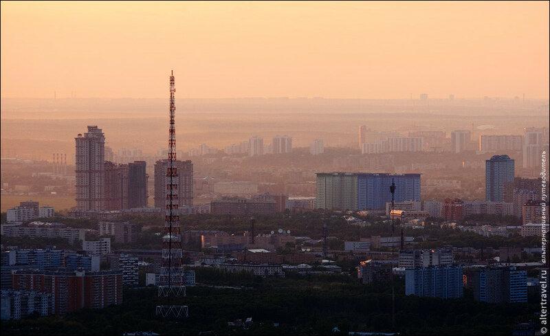 Радиомачта на Октябрьском поле, на заднем плане ЖК Алые Паруса