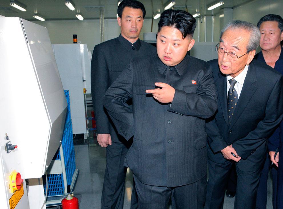 20. Ким Чжон-ун (слева) – сын Ким Чен Ира во время визита в видеокомпанию