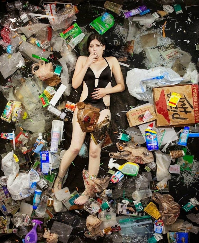 Шокирующие фото: сколько мусора производит человек всего за неделю (12 фото)