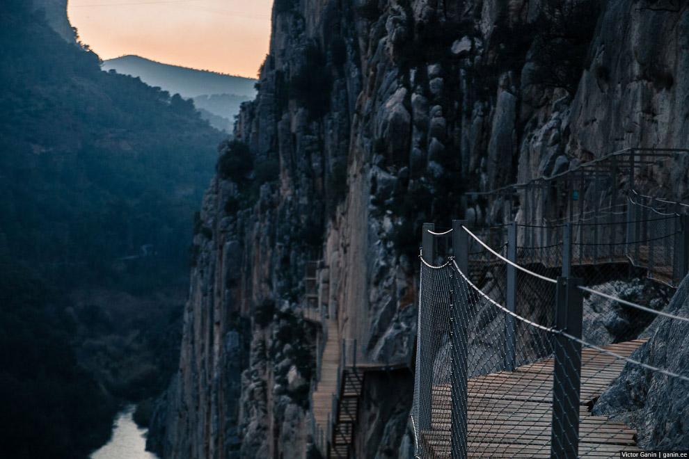 Тот самый висячий мост через ущелье.