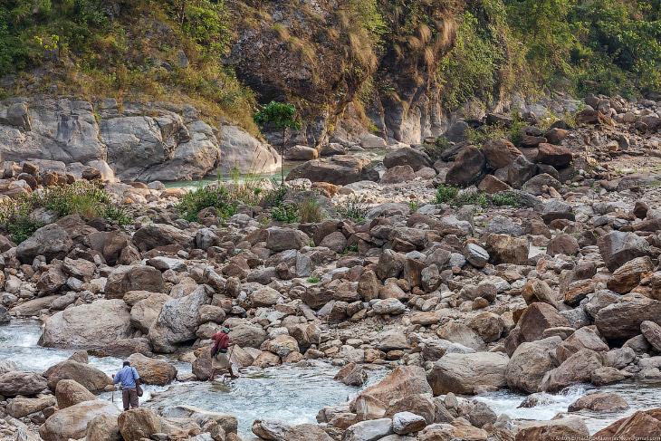 2. Ближайшие ульи расположены всего в получасе ходьбы от деревни и висят на отвесной скале на высоте