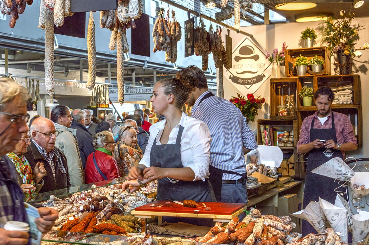 Здесь расположено 96 продуктовых прилавков и 20 кафе. (Paul van de Velde) Испания.Мадрид.