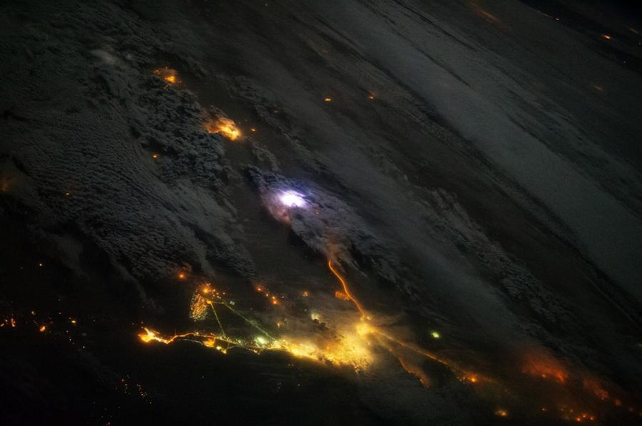 20. На фотографии, сделанной с борта МКС, в Юго-Западной Азии среди желтых городских огней Кувейта и