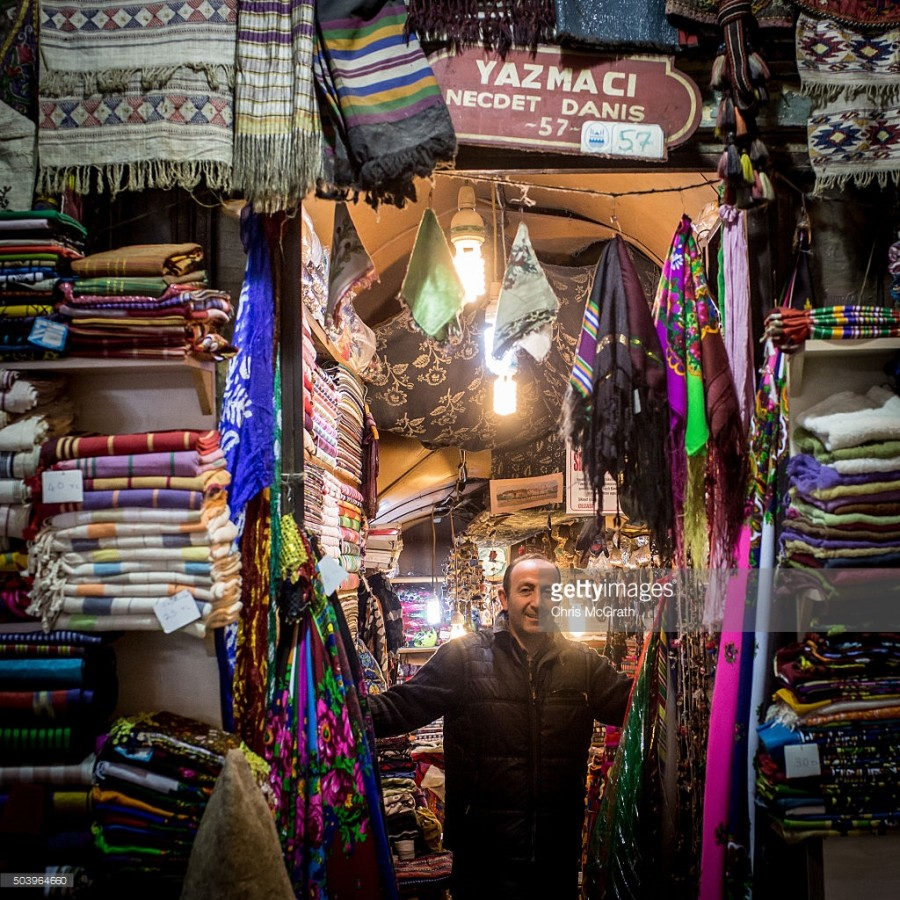 4. Мурат Хашас продает хлопок ручной работы и платки.